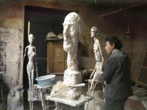 Le sculpteur Alberto Giacometti dans son atelier à Paris