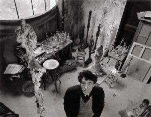 alberto giacometti dans son atelier à paris